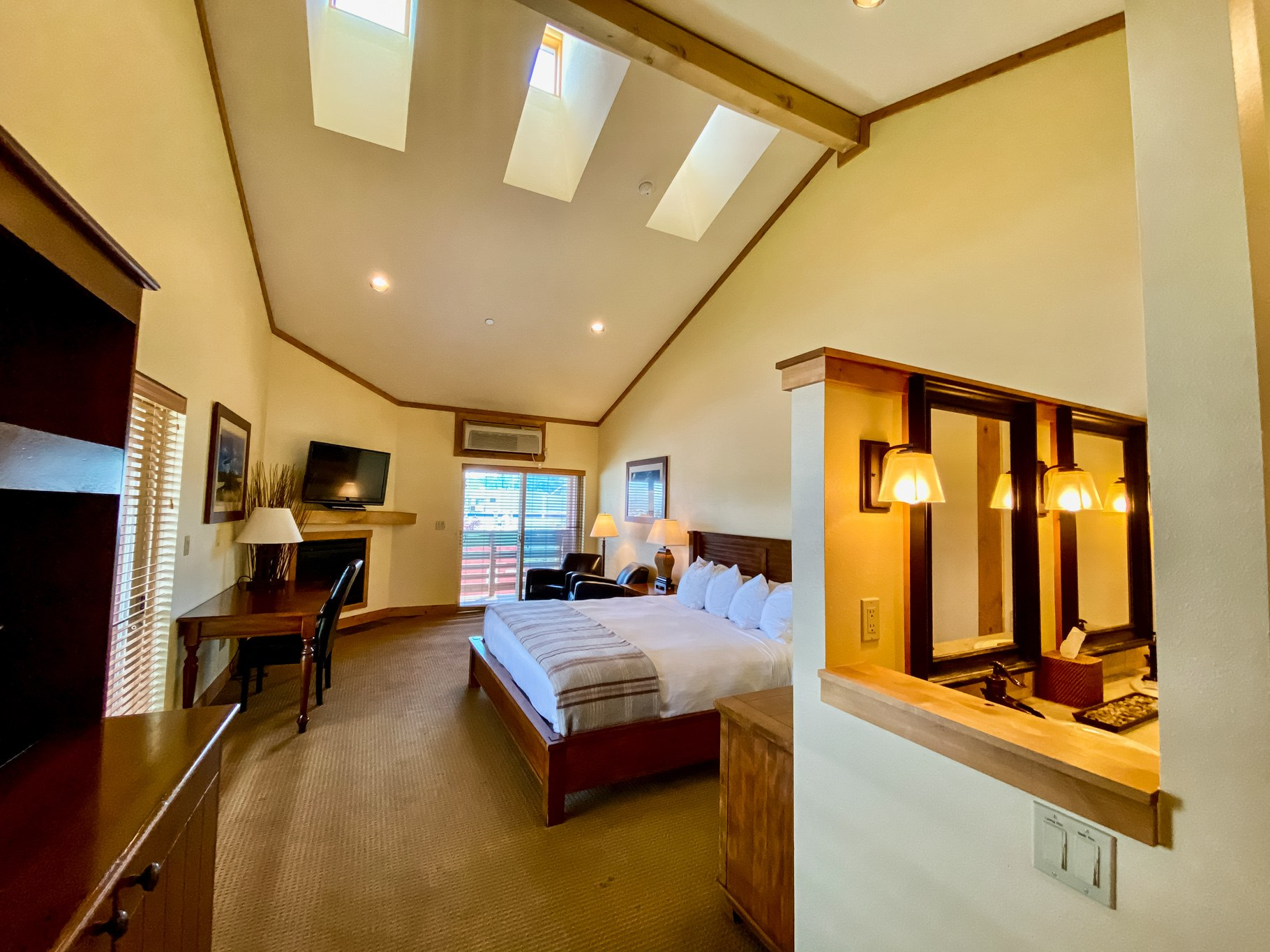 Deluxe-King-with-Vaulted-Ceilings-2