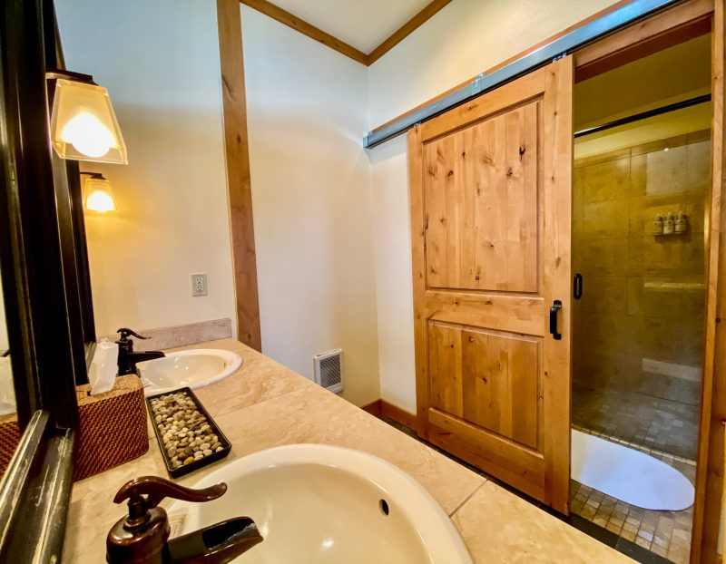 Deluxe-King-with-Vaulted-Ceilings-5